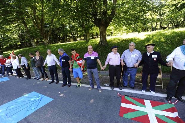 Manifestantes envoltos em bandeiras bascas fazem linha que se estende desde a cidade de Durango até Pamplona, na região vizinha de Navarra (Foto: REUTERS/Vincent West)