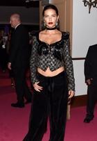 Adriana Lima usa look estranho em evento de moda em Nova York