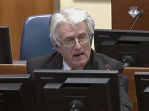 O ex-líder bósnio sérvio Radovan Karadzic durante seu julgamento em Haia nesta quarta-feira (1º) (Foto: ICTY via Associated Press Television/AP)
