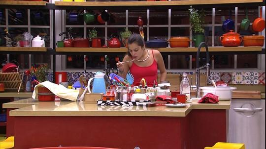 Sozinha na cozinha, Emilly esquenta comida