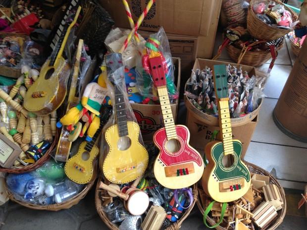 Violões de brinquedo incentivam a criançada na música. (Foto: Ândrica Virgulino/ G1 Caruaru)