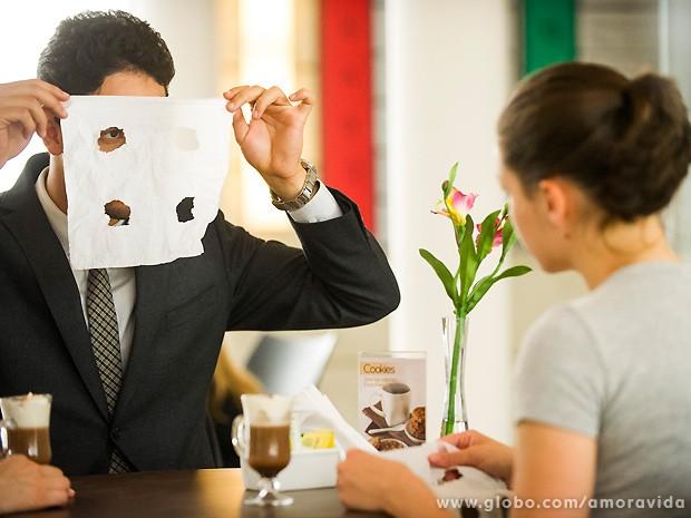 Todu acontece através de boracos feitos em uma folha de papel (Foto: João Miguel Júnior / TV Globo)