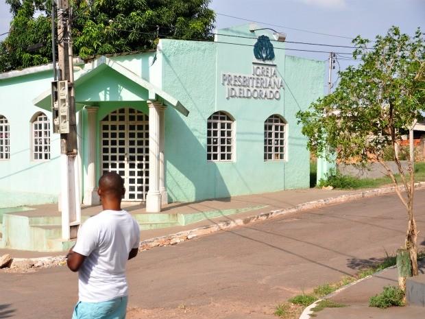 Occen Saint-Fleur passa em frente à igreja presbiteriana da comunidade haitiana, no bairro Jardim Eldorado, em Cuiabá: ele se casou ali e, hoje, mora de aluguel em um imóvel logo ao lado. (Foto: André Souza/G1)