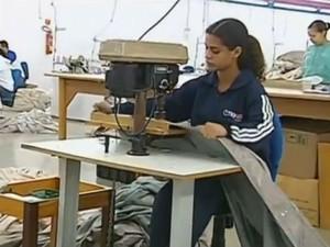 Oportunidades são para auxiliar de confecção e linha de produção (Foto: Reprodução/TV Tem)