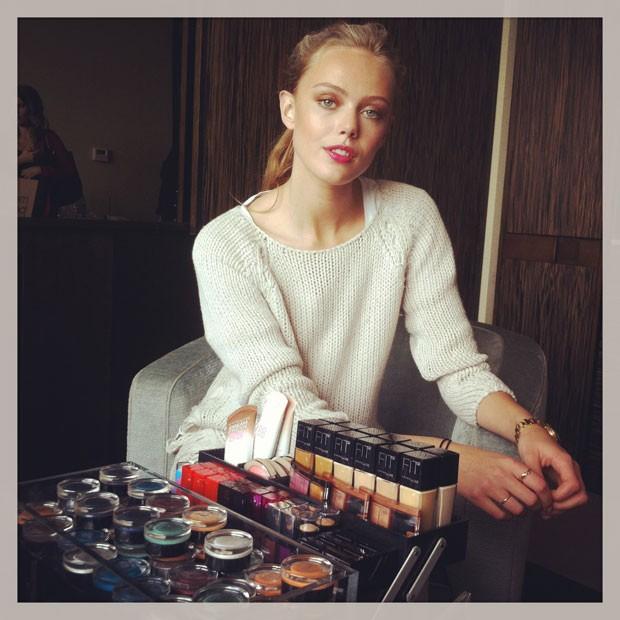 """""""O melhor jeito de levantar os cílios é usando uma colher"""", ensina a modelo sueca Frida Gustavsson"""