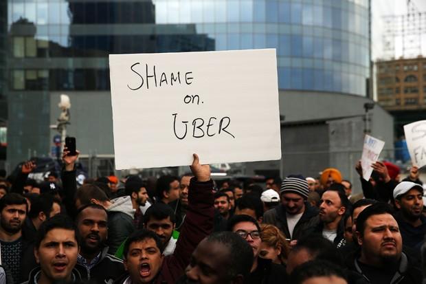 Motoristas protestam contra o Uber após mudança no corte por notas, em fevereiro de 2016 (Foto: Spencer Platt/Getty Images)
