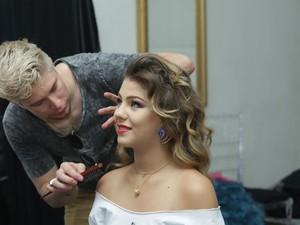 Candidatas fizeram maquiagem minutos antes do início do concurso (Foto: Giuliano Gomes/PR Press)
