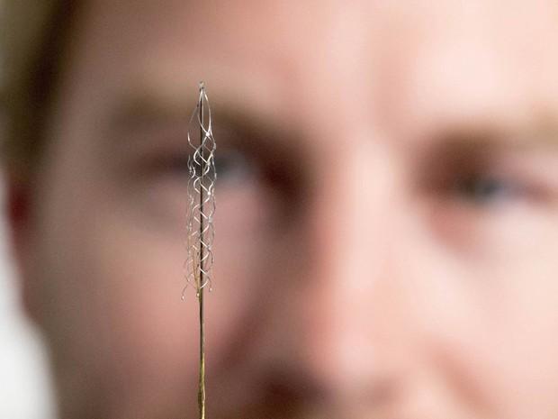 Micro-rede de eletrodos milimétrica é exibida em Melbourne, Austrália. O objetivo é que o mecanismo capte e converta sinais neurais em comandos elétricos que permitam que pacientes paralíticos controlem membros biônicos ou uma cadeira de rodas (Foto: Reuters/Universidade de Melbourne)