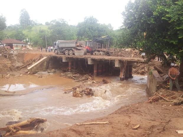 Ponte de Itaóca, SP, está sendo desobstruída após enchente (Foto: Rodrigo Martins/G1)
