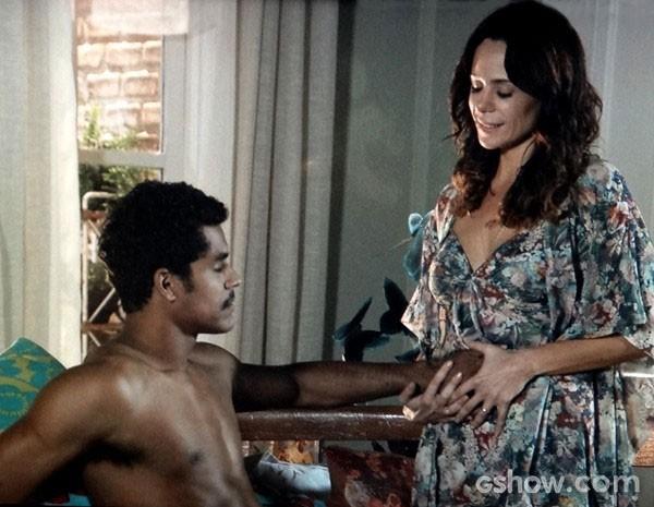 Juliana coloca a mão de Jairo em sua barriga para o maridão sentir o filho (Foto: Em Família/TV Globo)