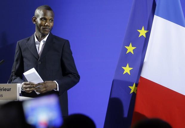 Lassana Bathily durante cerimônia em Paris nesta terça-feira (20) (Foto: AP Photo/Christophe Ena)