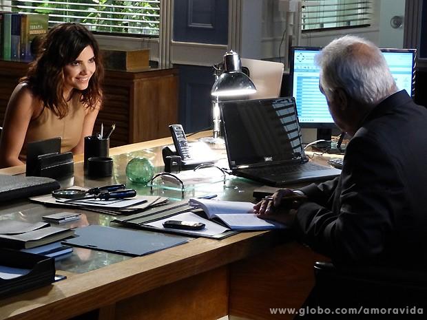 Aline não deixa de investir em César dizendo que Pilar parece ser mais velha que ele (Foto: Amor à Vida / TV Globo)