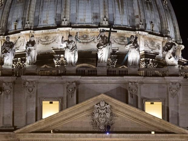 Empresário italiano subiu no teto da entrada da Basílica de São Pedro, neste domingo (21) para protestar contra gobverno italiano (Foto: AP Foto/Alessandra Tarantino)