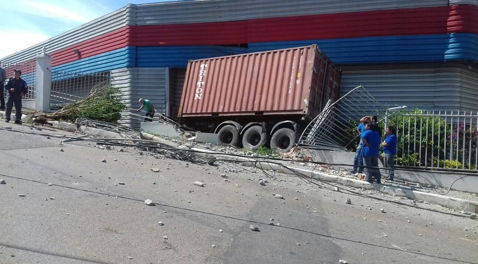 Container se solta de carreta, bate em veículo e invade empresa em Varginha (Foto: Reprodução / Redes Sociais)