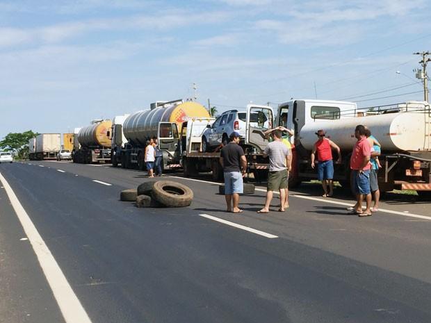 Mesmo com o protesto, o trânsito não foi bloqueado (Foto: Murilo Zara/TV Fronteira)