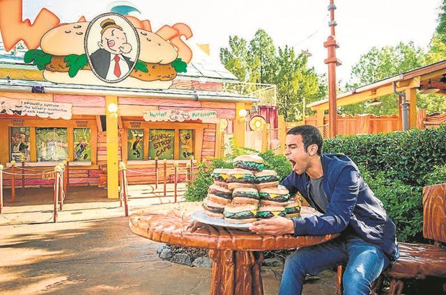 No ar em 'Malhação', Sérgio Malheiros gravou na área do Universal Orlando Resort dedicada a Popeye (Foto: Divulgação)