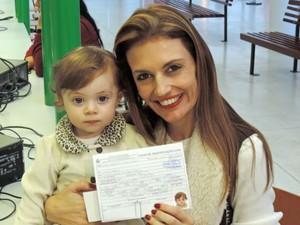A mãe de Laura, de um ano e um mês, também tirou o primeiro R.G.  (Foto: Natália de Oliveira/G1)
