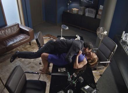 Inês e Aderbal fazem loucuras em escritório da boate