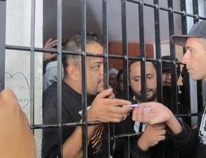 Corinthianos presos em Oruro (Foto: Diego Ribeiro / globoesporte.com)