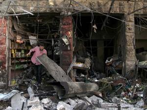 Homem vê destroços de mercado na cidade de Maarat al-Numan, na Síria, nesta terça-feira (19) (Foto: REUTERS/Ammar Abdullah)