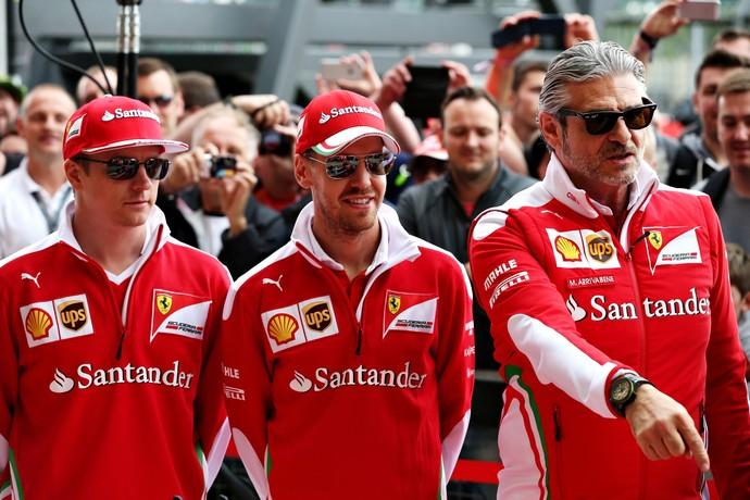 Kimi Raikkonen, Sebastian Vettel e Maurizio Arrivabene no paddock de Silverstone (Foto: Getty Images)