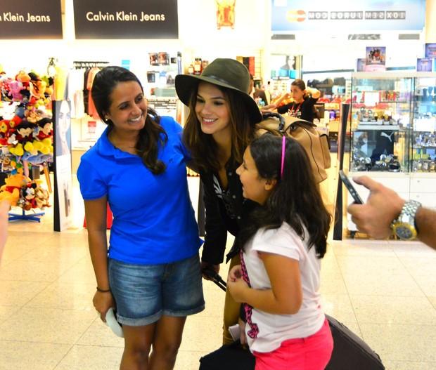 Bruna Marquezine posa com fãs (Foto: William Oda/AgNews)