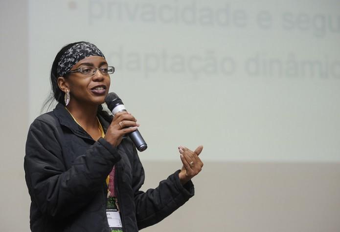 Juliana Oliveira na palestra IoT: Things or People? (Foto: Divulgação/Camila Cunha - FISL)