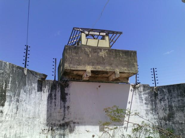 Parte das guaritas da Penitenciária Luiz Gonzaga Rebelo estão sem cobertura e PMs ficam no sol (Foto: Divulgação/ Sinpoljuspi)