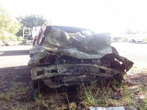 Veículo do suspeito pegou fogo com impacto da batida  (Foto: Guilherme Tavares/ TV TEM)