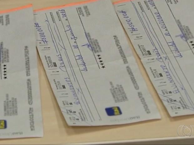 Com os suspeitos foram encontrados cheques e anotações de parcelas (Foto: Reprodução/TV Anhanguera)
