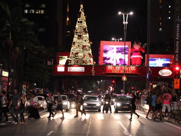 Decoração de palco na Avenida Paulista (Foto: Marcelo Brandt/G1)