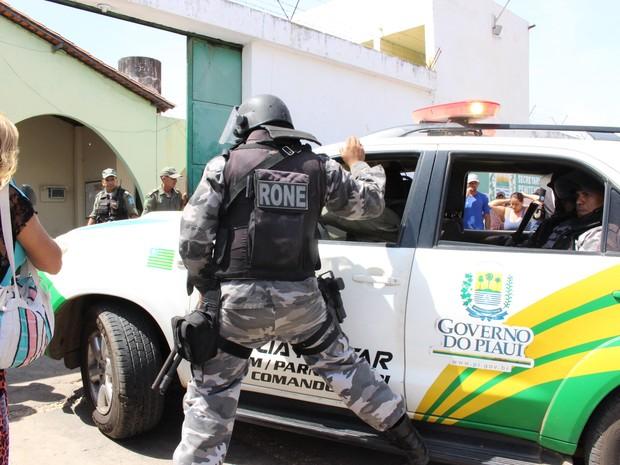 PM volta a ser acionada após briga entre presos na penitenciária de Parnaíba  (Foto: Catarina Costa/G1)