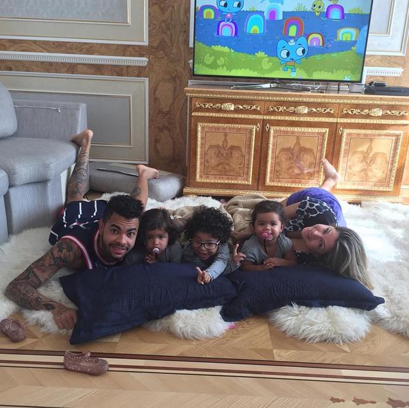 Dentinho posa com a família (Foto: Reprodução/Instagram)