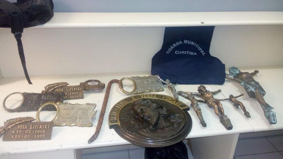 Suspeito foi pego com placas e crucifixos de bronze (Foto: Divulgação/Guarda Municipal)