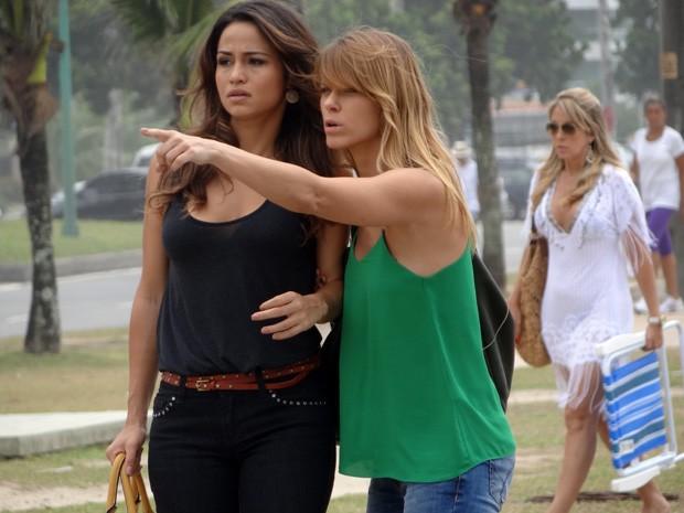 Jéssica e Morena vêem Russo entrando em um hotel (Foto: Salve Jorge/TV Globo)