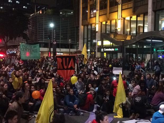 Grupo se reúne em frente ao prédio onde fica o escritório da Presidência da República, na Avenida Paulista (Foto: Livia Machado/G1)