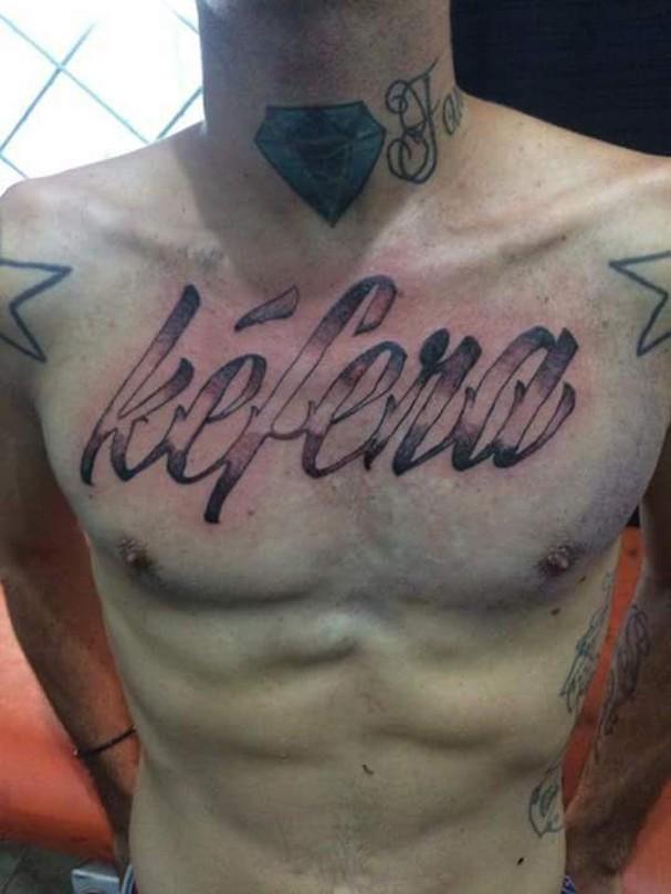 Fã tatua o nome da Kéfera e internet não perdoa (Foto: Reprodução Twitter)