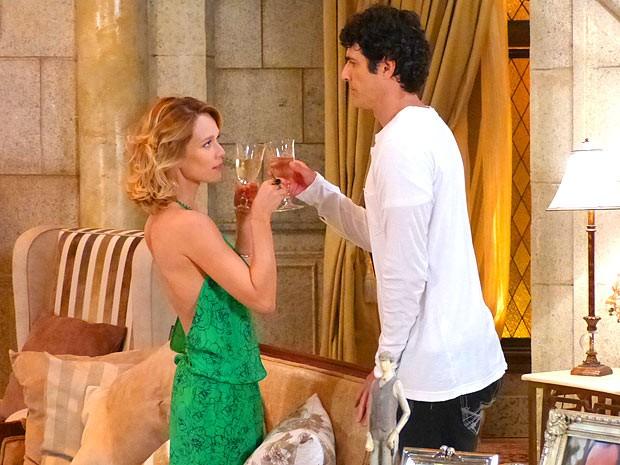 Vinho, vestido decotado, aquele climinha... Juliana está querendo! (Foto: Guerra dos Sexos / TV Globo)