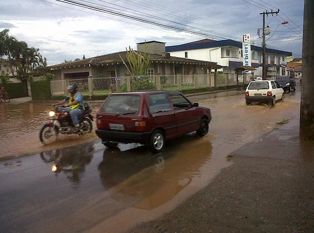Chuvas fortes em Joinville causaram alagamentos (Foto: Marcieli Palhano/RBS TV)