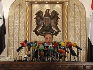 O presidente do parlamento sírio, Mohammad al-Laham, declara a vitória de Bashar al-Assad nas eleições (Foto: Khaled al-Hariri/Reuters)