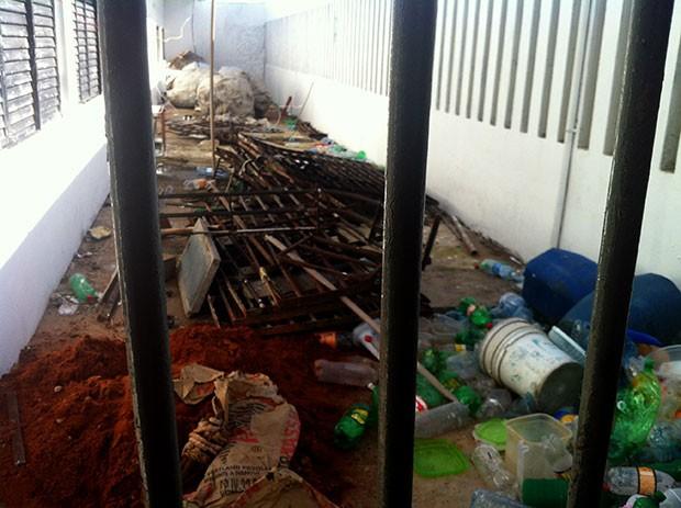 Grades arrancadas das celas ainda não foram repostas (Foto: Anderson Barbosa/G1)