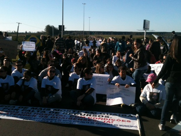 Manifestantes bloqueiam a BR-116 em Guaíba (Foto: Dayanne Rodrigues/RBS TV)