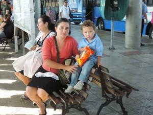 Jucieli se sente insegura de andar de ônibus com o filho de dois anos (Foto: Janara Nicoletti/G1)
