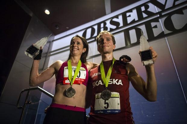 Os vencedores Suzy Walsham, da Austrália, e Thorbjorn Ludvigsen, da Noruega, mostram seus troféus nesta quarta-feira (5) em Nova York (Foto: Eric Thayer/AFP)