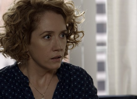 Vitória descobre que Beth é amante de Ciro