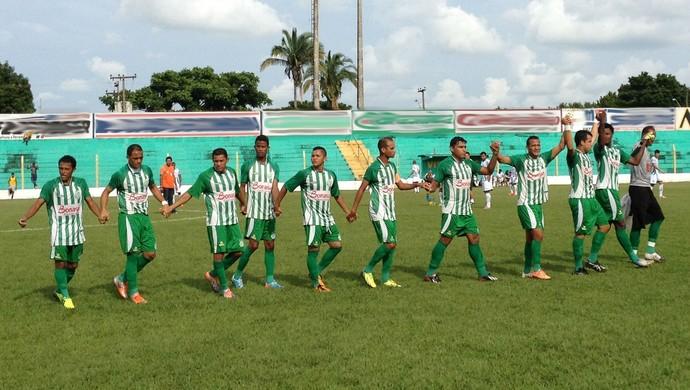 Paulo Roberto (centro) entrou com a faixa de capitão no primeiro jogo do Tocantinópolis na temporada (Foto: Fabrício Soveral/Globoesporte.com)