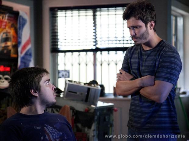 William mostra símbolo para Guto (Foto: Ellen Soares/TV Globo)