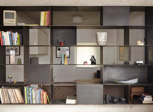 apartamento-arquitetos-flavia-torres-pedro-ivo-freire- sub-estudio-isabel-nassif-renata-pedrosa-estante-preta-nichos (Foto: Tomás Cytrynowicz)