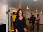Fátima Bernardes capricha no look e é tietada em show de Lulu Santos