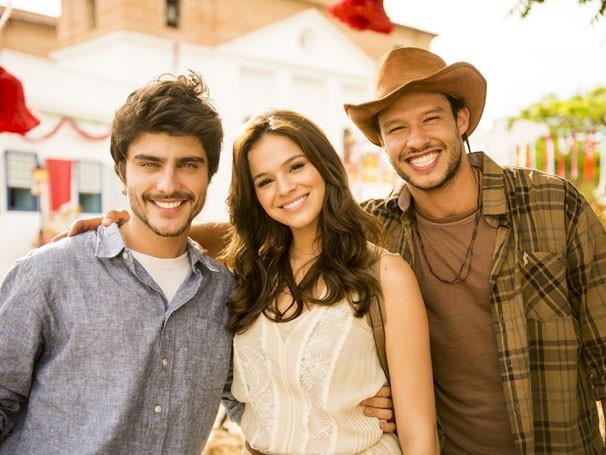 Bruna Marquezine, Gabriel Leicam e Nando Rodrigues vivem um triângulo amoro na trama (Foto: Divulgação/TV Globo)